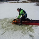 Strażacy ćwiczyli na lodzie, przechodnie rzucili się na pomoc – 27.03.2013